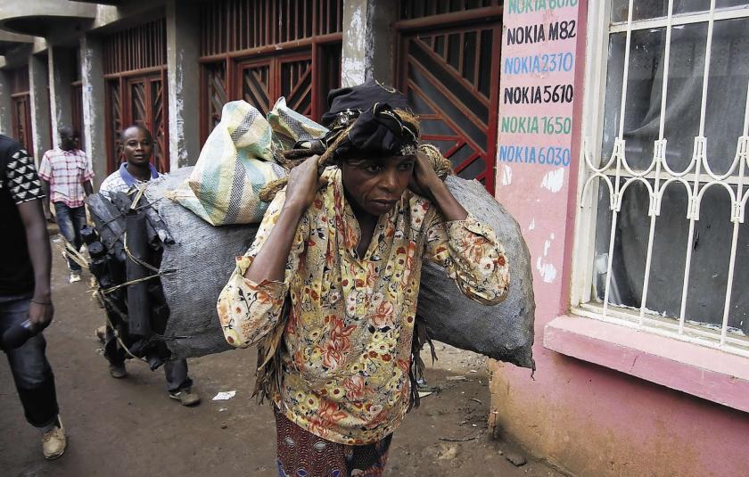 Walungu : Des barrières pour rançonner les vendeuses des braises à Kaniola