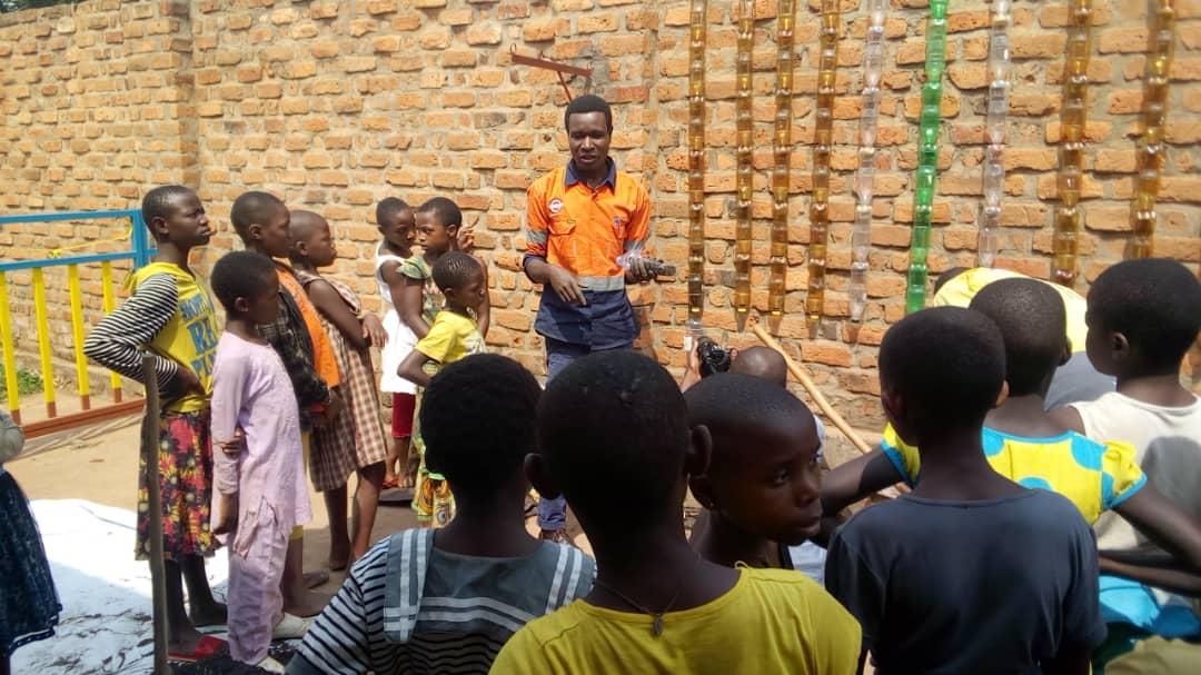 Sud-Kivu: Briquette du kivu forme les enfants en planta les fruits sur les murs
