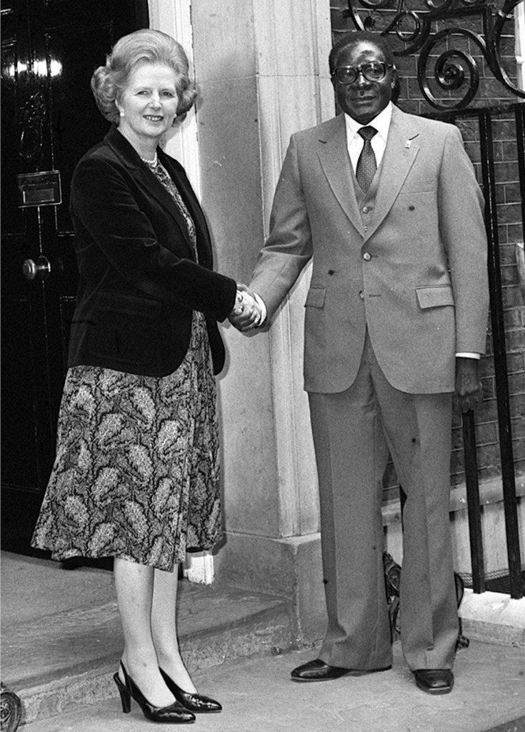 Mugabe, vu ici avec le Premier ministre britannique Margaret Thatcher en 1980, a tout d'abord mené une politique de réconciliation avec ses anciens ennemis blancs, leur permettant de conserver leur richesse économique.
