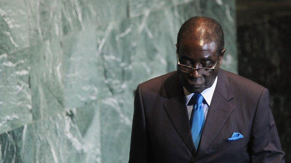 Bien que les prévisions de la disparition de Mugabe se soient toujours révélées prématurées, les pressions croissantes ont eu des conséquences néfastes. En 2011, un câble diplomatique américain publié par Wikileaks a suggéré qu'il souffrait d'un cancer de la prostate.