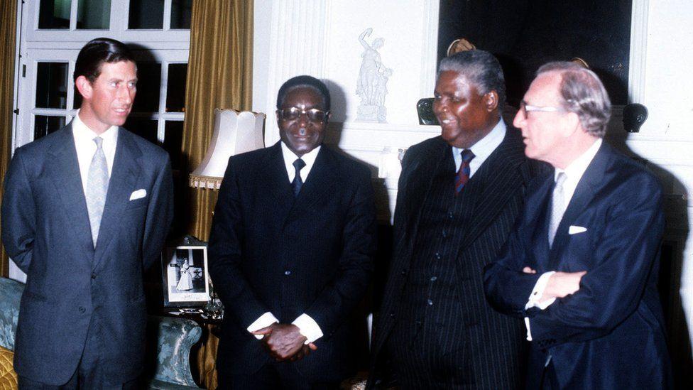 Mugabe était le seul dirigeant que le Zimbabwe ait connu depuis l'indépendance. On le voit ici (deuxième à gauche) en mars 1980, avec le prince de Galles, le dirigeant de l'Union du peuple africain du Zimbabwe (Zapu), Joshua Nkoma, et le secrétaire britannique aux Affaires étrangères, Lord Carrington.