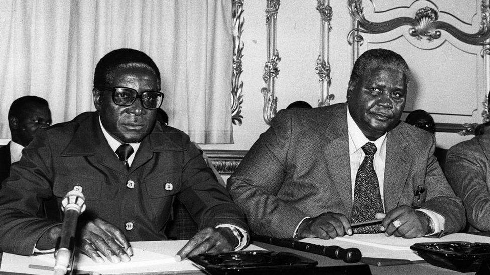 Joshua Nkomo (à droite) est devenu l'un des leaders de la guerre de guérilla contre le pouvoir de la minorité blanche. La paire est tombée plus tard.