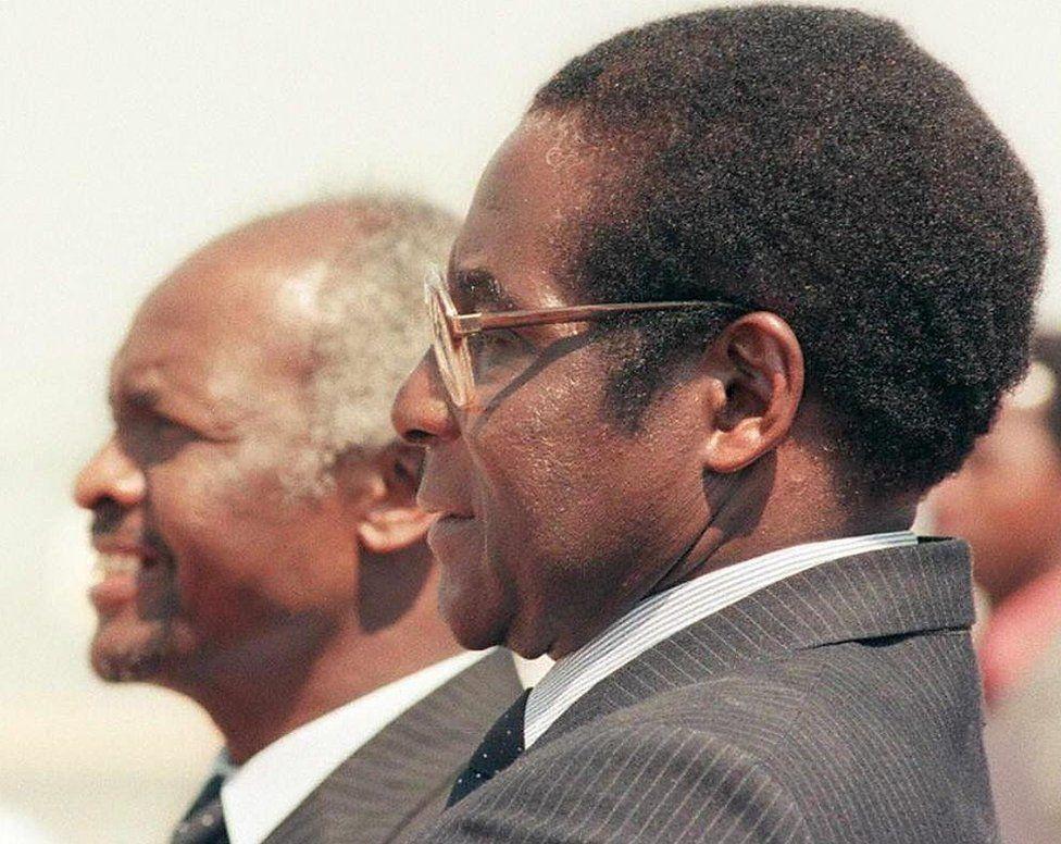 Mugabe a gouverné aux côtés du président Canaan Banana jusqu'en 1987, après quoi il a assumé le rôle de président.