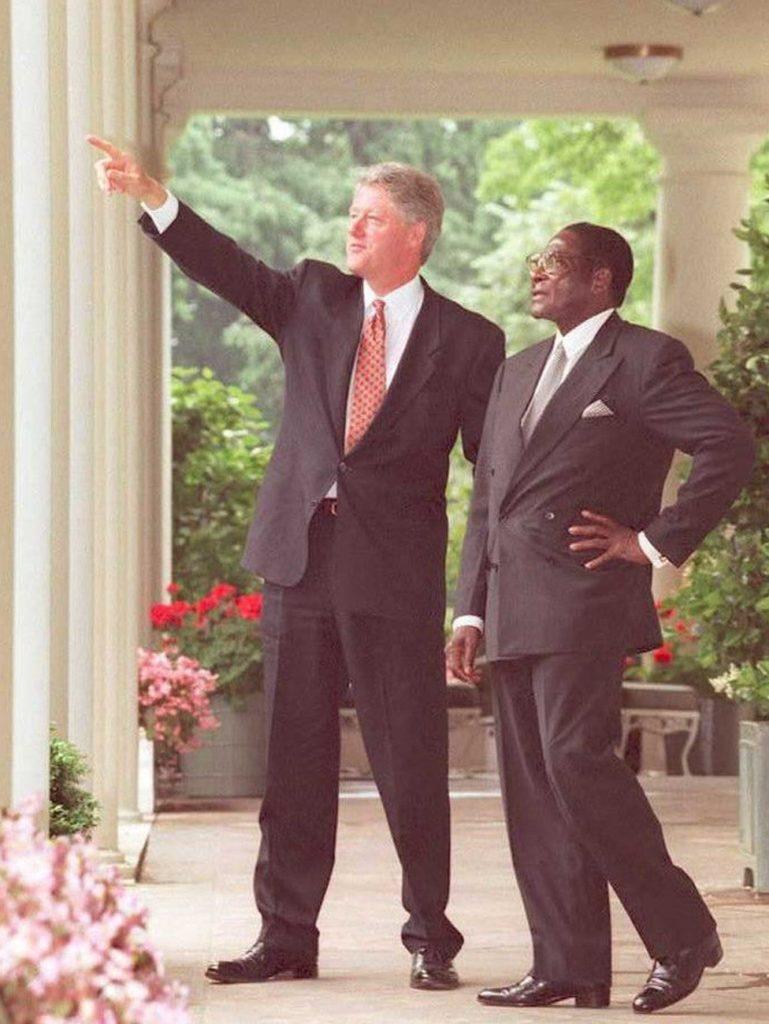 En 1995, Mugabe rencontra le président américain Bill Clinton, mais dans le pays d'origine, l'économie était en chute libre. Il a fait face à une nouvelle opposition mais il est sorti en se battant.