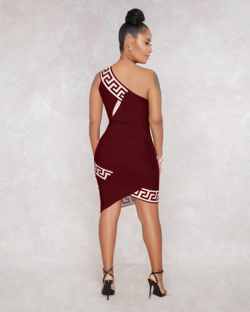 Sexualité : Pourquoi les femmes en rouge séduisent les hommes ? - A woman wearing a black dress - Dress