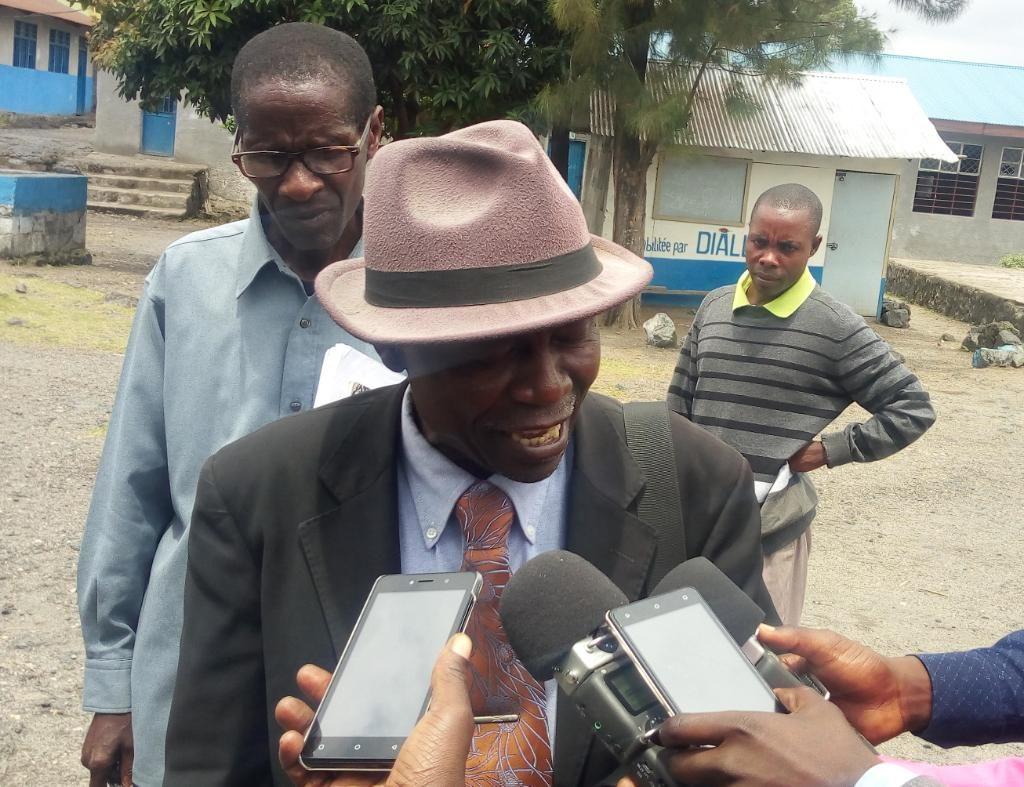 Nord Kivu-Goma : Les parents d'élèves des ECP s'engagent à prendre en charge les enseignants NU et NP - A group of people looking at a cell phone - Tree