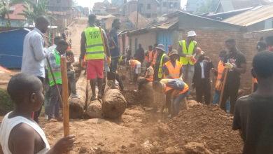 Photo of Bukavu/Travaux Communautaires: le Professeur Gustave Mushagalusa apporte un appui financier à JAD en construisant des ponts reliant certaines avenues du quartier Panzi